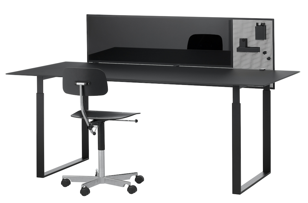 CHAT-BOARD-SQUAD-Guard-1600-Black-RAL7021-front-with-Collectors-accessories-and-chair